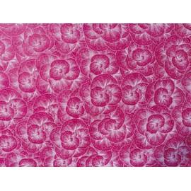 Broderie de pensées blanches sur fond rose fushia