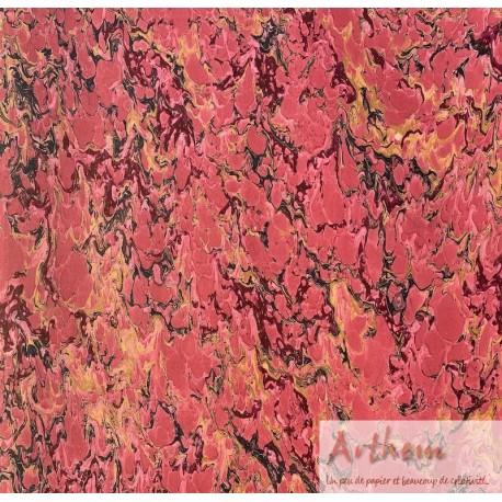 Marbré veiné sur fond rose foncé