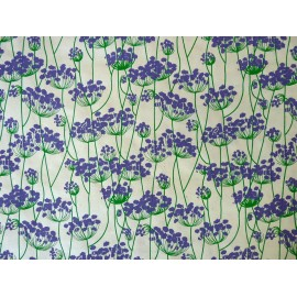 Valériane violette sur fond naturel