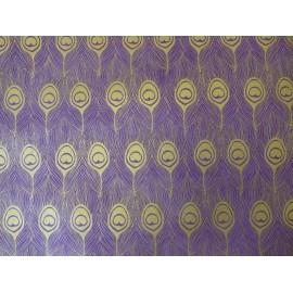 Plumes de paon alignées sur violet